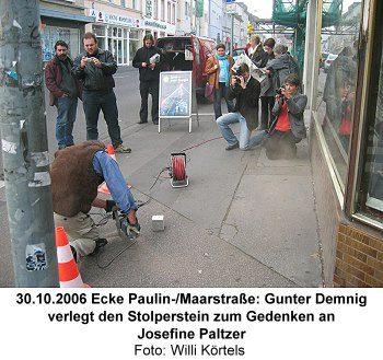 30.10.2006 Ecke Paulin-/Maarstraße: Gunter Demnig verlegt den Stolperstein zum Gedenken an Josefine Paltzer, Foto: Willi Körtels