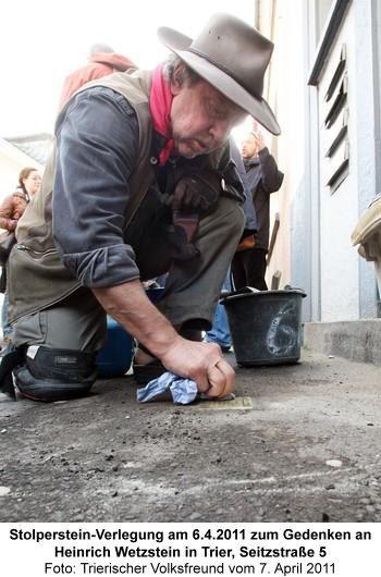 Stolperstein-Verlegung am 6.4.2011 zum Gedenken an Heinrich Wetzstein in Trier, Seitzstraße 5, Foto: Trierischer Volksfreund vom 7. April 2011